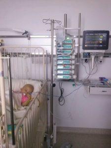 Cieżka choroba sprawia, że dziewczynka od dwóch lat walczy o życie