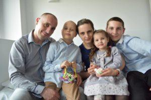 Chłopca chorego na raka wspiera rodzina